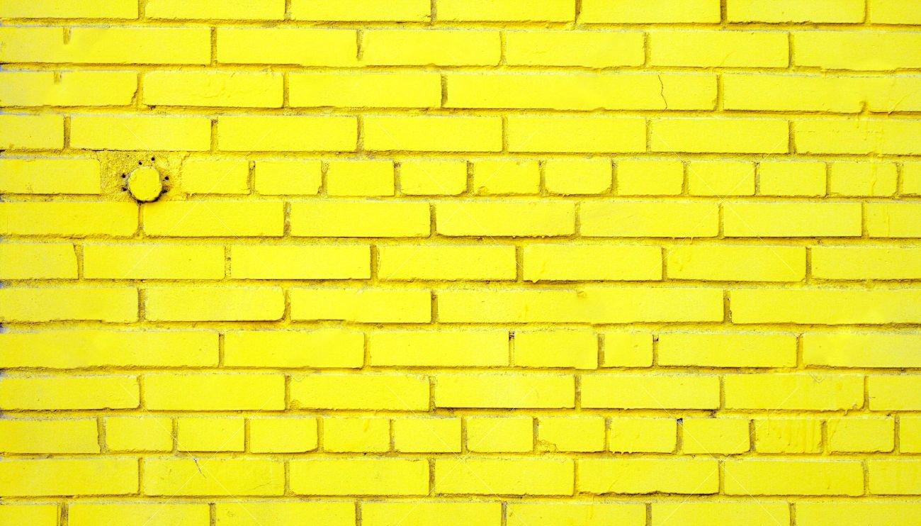 2969177-Etwas-staubige-alte-Mauer-gelb-gef-rbt-mit-eingebetteten-Runde-geschlossenen-Leitung--Lizenzfreie-Bilder